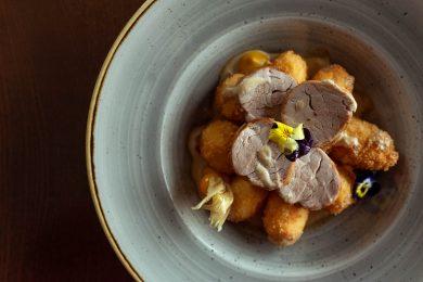 Imagine cu preparat elegant cu mușchiuleț de porc și cartofi noi
