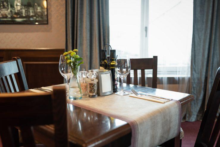 Aranjament de masă elegant într-un restaurant internațional în Sibiu