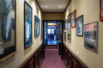 Coridor parcurs de ospătar elegant în restaurant internațional în Sibiu