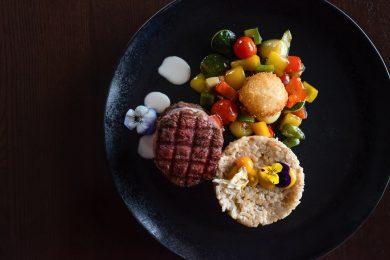 Imagine cu preparat elegant cu friptură de vită Angus cu garnitură de legume și orez