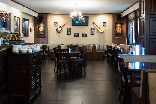 Salon cafenea în culori maro închis în restaurant internațional în Sibiu