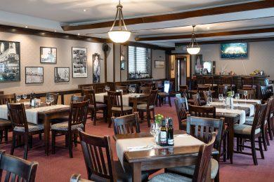 Salon elegant cu mese în restaurant internațional în Sibiu